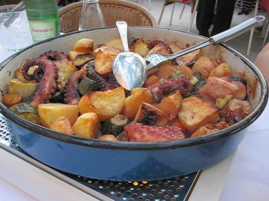 Jelsa, كرواتيا: Hobotnica ispod peke