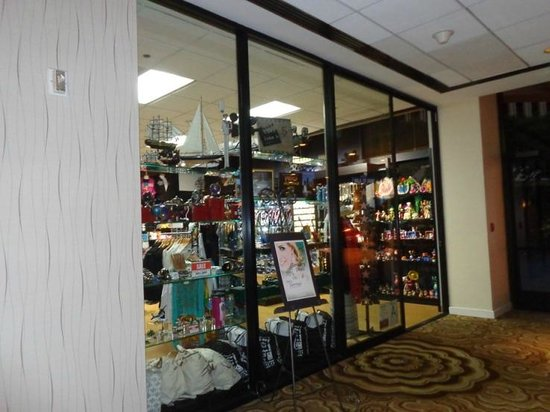 Crowne Plaza Los Angeles International Airport Hotel : gift shop near lobby