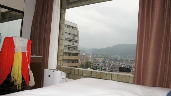 Kyoto Royal Hotel & Spa : A janela enorme ajuda a ampliar o ambiente