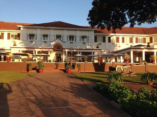 The Victoria Falls Hotel: Hotel Rückseite mit Veranda