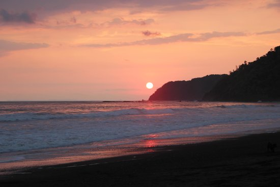 Room2Board Hostel and Surf School : sun down jaco