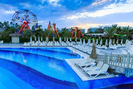 Royal Holiday Palace: Pool area