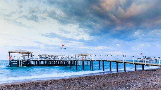 Royal Holiday Palace: Pier at the beach