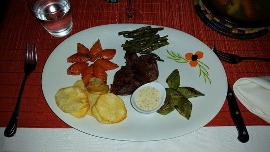 La Cle de Voute: Beautifully presented fillet steak! Also very delicious - recommend this to anyone visiting this