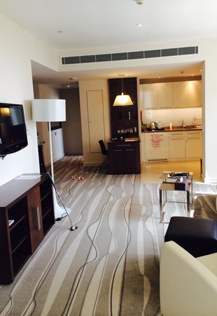 Staybridge Suites Abu Dhabi Yas Island : Long lounge allows for a little putting practice!