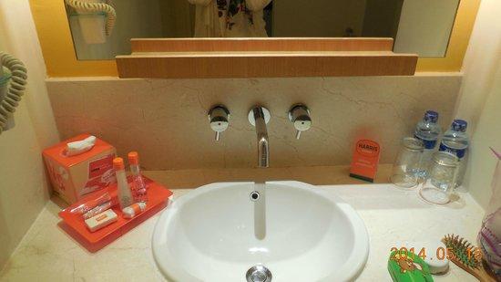 HARRIS Suites FX Sudirman: 洗面所。綺麗で清潔。アメニティも揃っている。水はサービスでした。