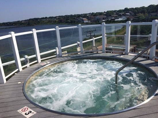 Newport Beach Hotel and Suites : roof top tub