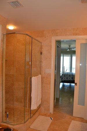 Beachcomber Grand Cayman: Master bathroom