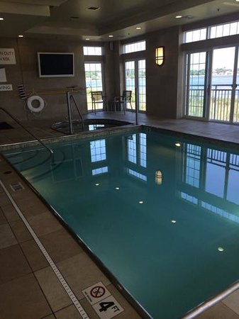 Newport Beach Hotel and Suites: indoor pool and spa tub