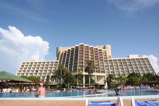 Blau Varadero Hotel Cuba: Vue sur l'hôtel depuis la piscine