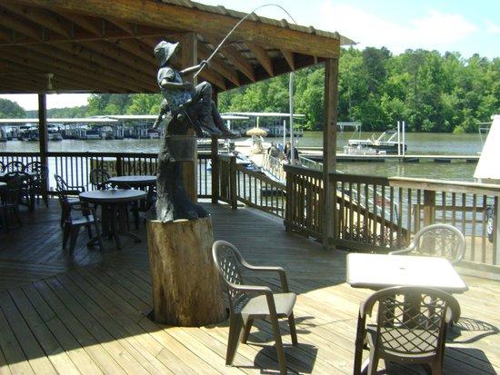 Highland Marina Resort : Deck at marina store