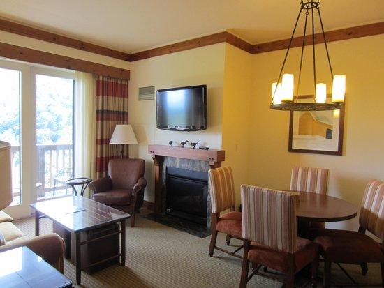 Stowe Mountain Lodge : Living room area.