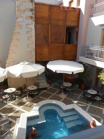 Palazzo Vecchio Exclusive Residence: Il cortile con la piscina.