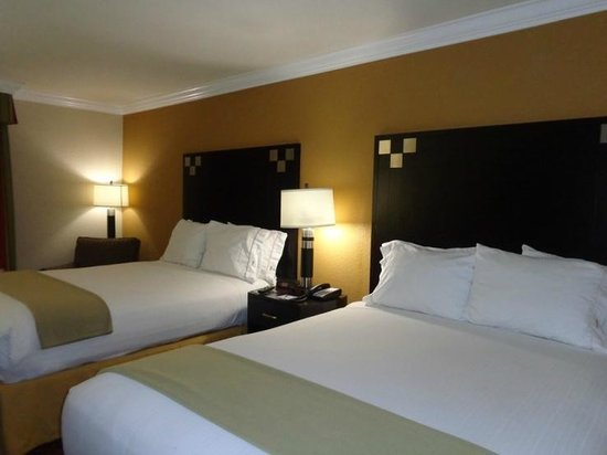 Holiday Inn Express Van Nuys: beds