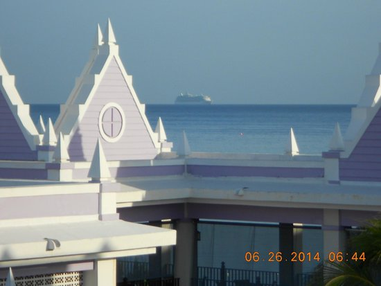 Hotel Riu Montego Bay: A zoomed in picture from our balcony to the ocean view