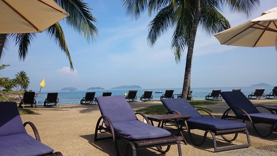 Sutera Harbour Resort (The Pacific Sutera & The Magellan Sutera) : View of the small-ish beach from the pool