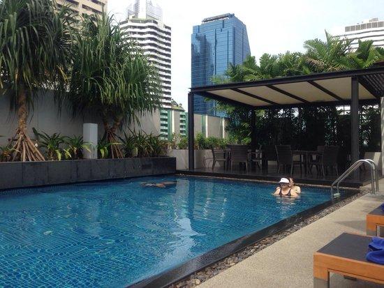 Park Plaza Bangkok Soi 18 : 파크프라자 수영장