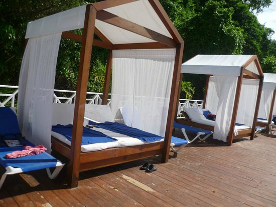 Grand Bahia Principe Cayacoa : The fabulous four-poster beds on the beach