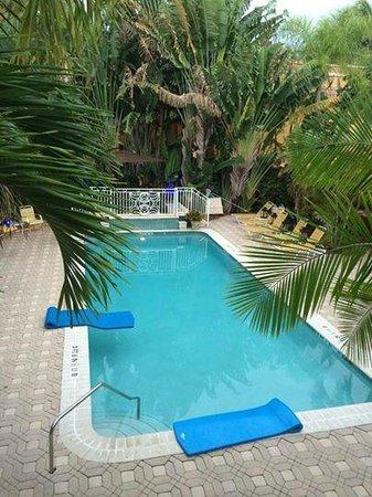 فيلات كيرا - مار واترفرونت: View of the pool from outside of Room 8