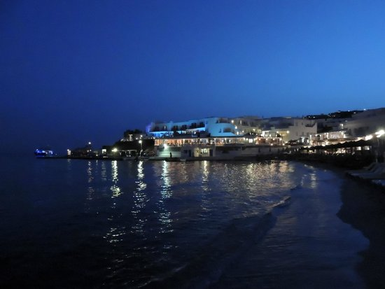 Avli Tou Thodori: Platys Gialos beach at night