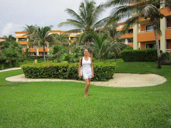 Grand Bahia Principe Tulum : Devant un bloc de chambres