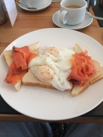 Portland House Bed & Breakfast: Breakfast  Poached eggs with fresh salmon  Excellent.