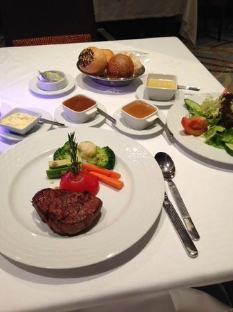 Four Points by Sheraton Kuwait: Dinner at hotel restaurant