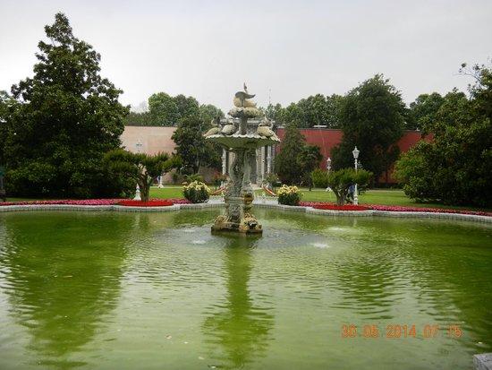 Palacio de Dolmabahçe: fountain at fore garden