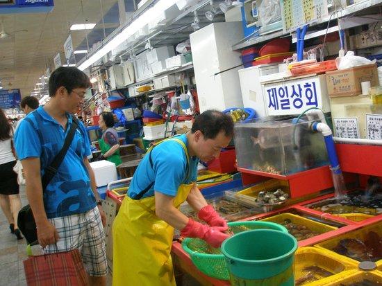 Jagalchi Market: 1階のお店で魚介を選びます