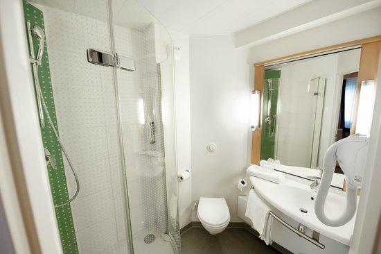 Ibis Paris Maisons Laffitte : Salle de bain avec douche
