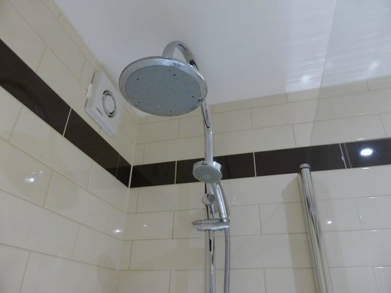The Dukes Head Hotel: Two shower heads