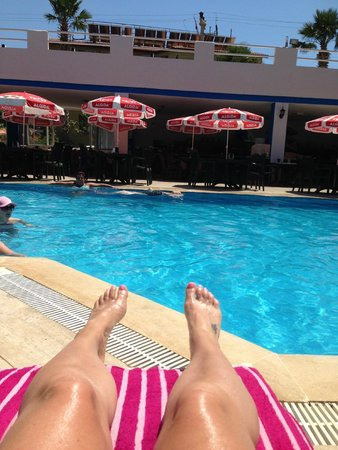 Akdeniz Beach Hotel: Relaxing by the pool