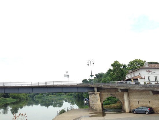 Auberge Saint Jean: the setting by the bridge