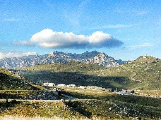 Bosco Chiesanuova, Italia: Malga San Giorgio, vista dal Passo del Brancon