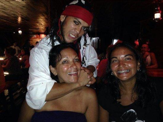"""Barco Pirata Jolly Roger Cancún: diversion con """"Calavera"""""""