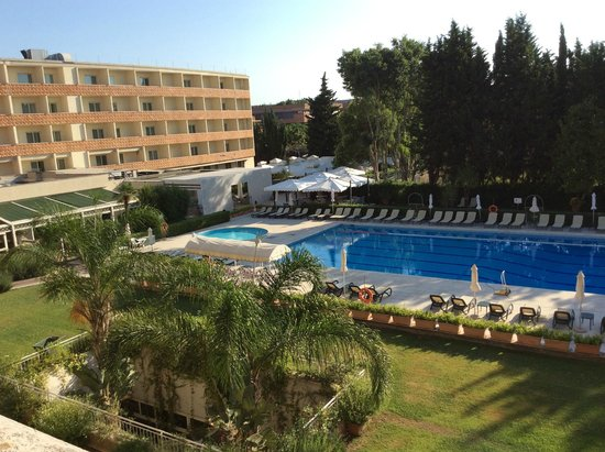 Crowne Plaza Rome - St. Peter's : The pool from our window