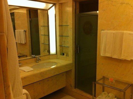Le Bristol Paris : Badzimmer / Dusche