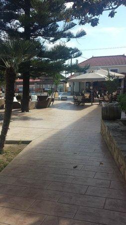 Mediterranee Hotel: walkway to sitting area & bar