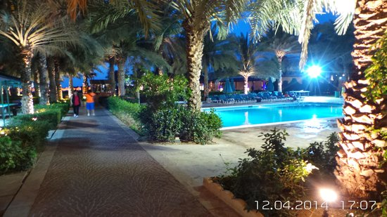 Coral Beach Resort Sharjah: richting zee en zwembad