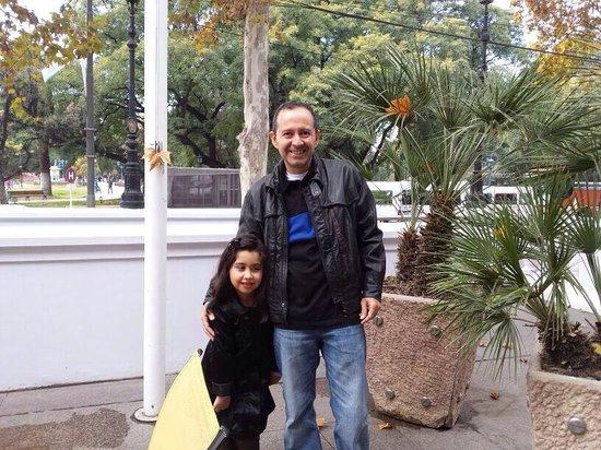 Park Hyatt Mendoza : Jardins da entrada do hotel com praça da Independência ao fundo