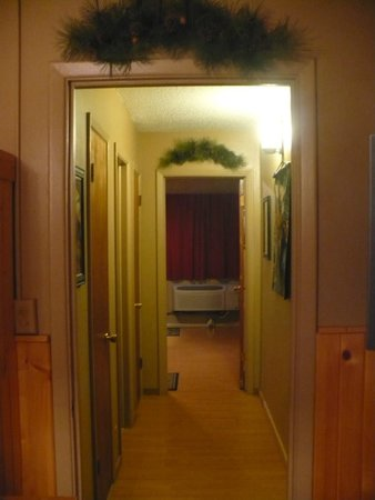 Moose Creek Inn: hallway to bedroom