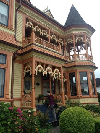 The Gingerbread Mansion Inn: Ornate exterior