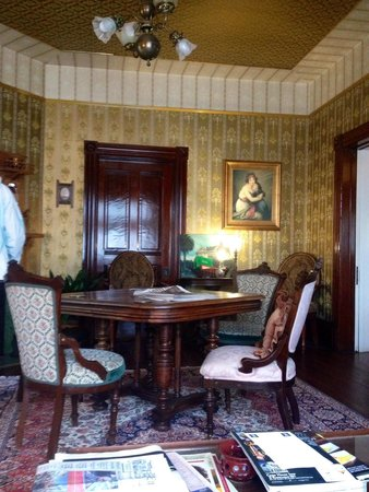 The Gingerbread Mansion Inn: Parlor