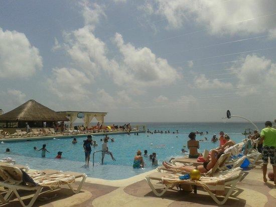 Crown Paradise Club Cancun: Piscina principal!