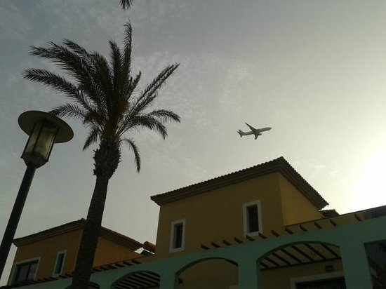 Broncemar Beach: Planes are something to look at when lying at the pool! Only see them every hour. Didnt bother u