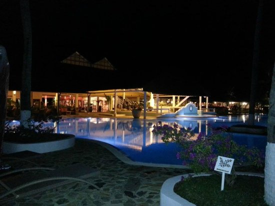Andilana Beach Resort : Pool by night