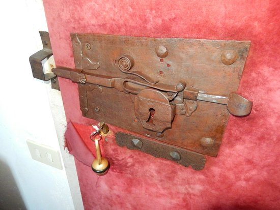 Castello Orsini Hotel: serratura delle porte della camera