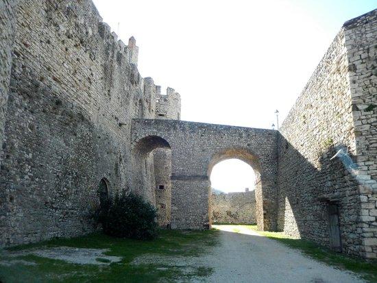 Castello Orsini Hotel: fossato del castello - parcheggio accesso