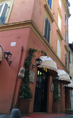 Hotel Due Torri: On the corner of a tiny street