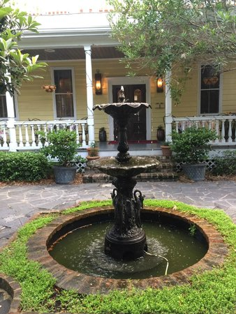 Barksdale House Inn: The back porch and fountain